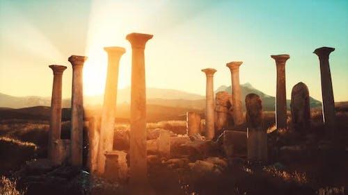 Alte griechische Tempelruinen bei Sonnenuntergang