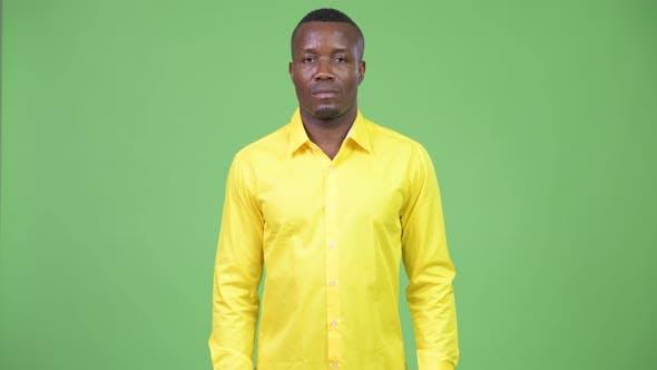 Jeune homme d'affaires africain portant une chemise jaune