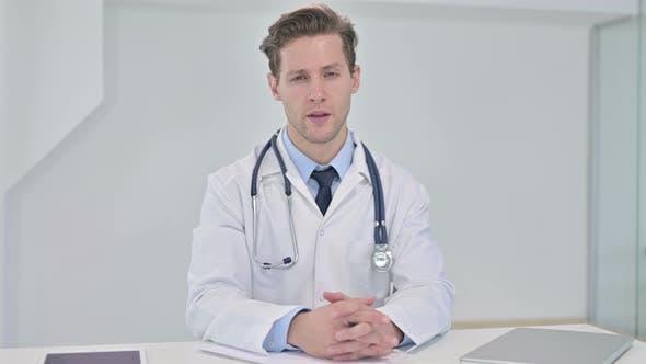 Thumbnail for Professionelle junge männliche Arzt tun Beratung mit Patienten