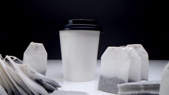 Teebeutel in einer weißen Tasse Tee