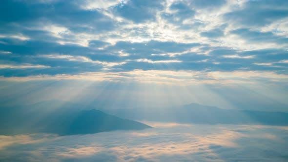 Thumbnail for Sonnenaufgang und glänzendes Licht auf Berg