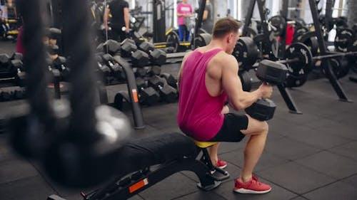 Bodybuilder-Training mit Kurzhanteln in einem Fitnessstudio