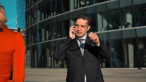 Geschäftsfrau Flirten mit Mitarbeiter