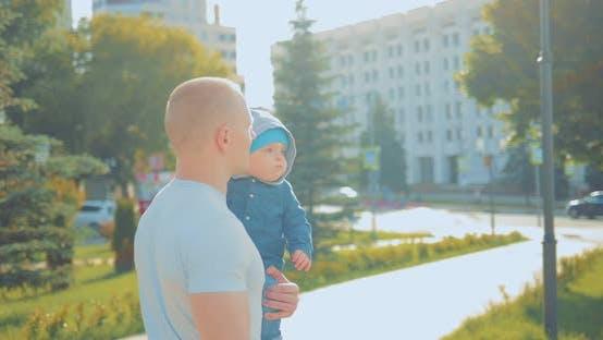 Glücklicher Vater trägt seinen Sohn in seinen Armen
