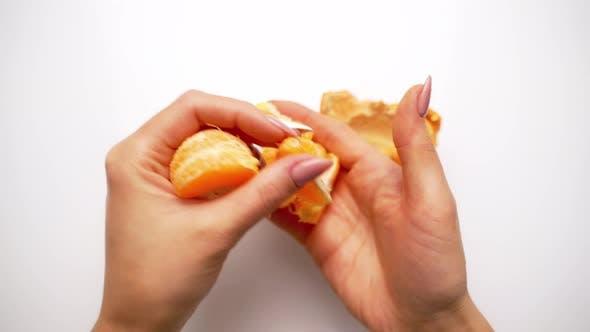 Hände reinigen Mandarine mit Scheiben