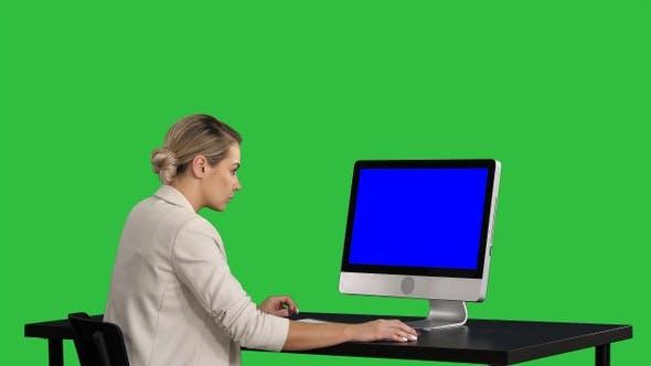 Thumbnail for Geschäftsmann arbeitet am Tisch mit Computer auf einem Grün