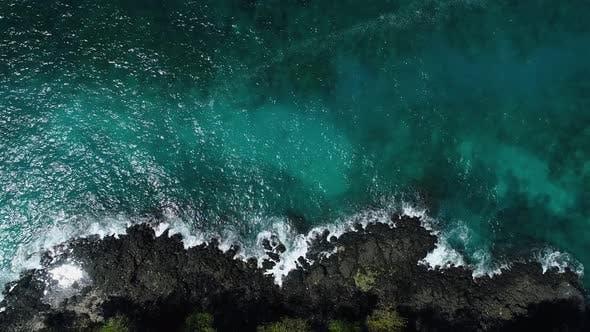 Ozean Wellen brechen auf Riff