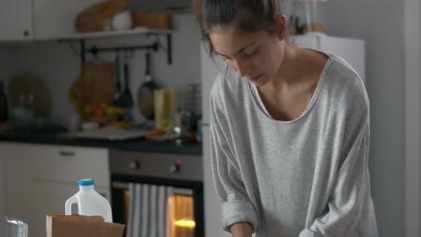 Thumbnail for Junge Frau Kneten Teig für Kuchen