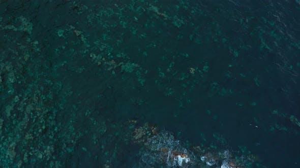 Draufsicht auf eine verlassene Küste