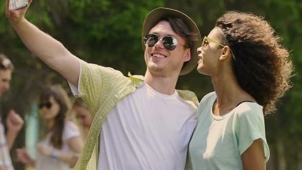 Thumbnail for Aufgeregt junge Mann und Frau Pouting posiert für Selfie auf Smartphone