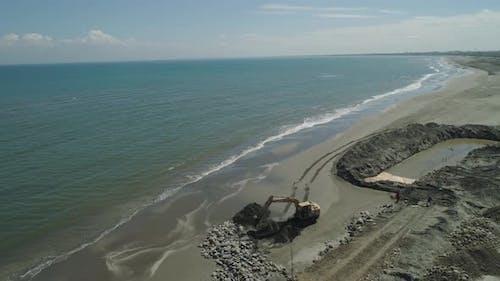 Construction de protection contre les vagues sur la plage