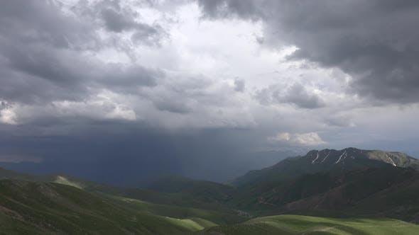 Thumbnail for Il pleut dans la vallée profonde en terrain montagneux