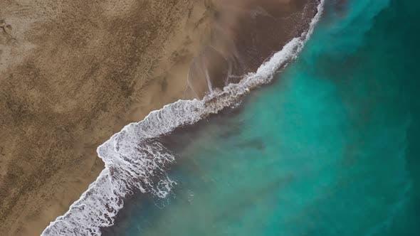 Blick von oben auf den Desert Beach am Atlantischen Ozean