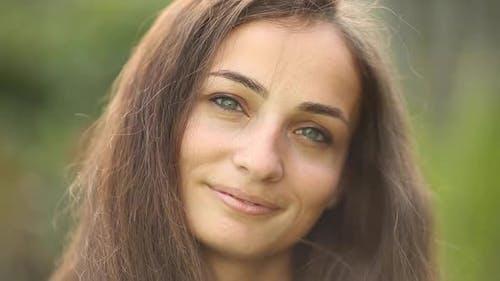 Porträt der fröhlichen Frau lächelt und genießt der Moment isoliert auf Unschärfe Hintergrund
