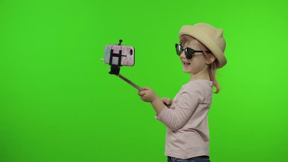 Thumbnail for Mädchen Kind macht Selfie, Bloggen auf Handy mit Selfie-Stick. Chroma-Key