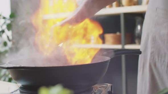 Chef Flambeing Fleisch in Cognac