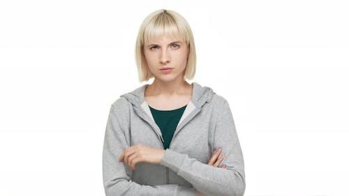 Porträt einer hartnäckigen weiblichen Blondie mit Bob-Haarschnitt in Freizeitkleidung, die in die Kamera blickt