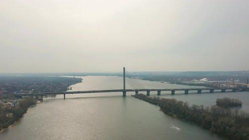 Brücke mit Verkehr über den Fluss LuftDrohne Footage