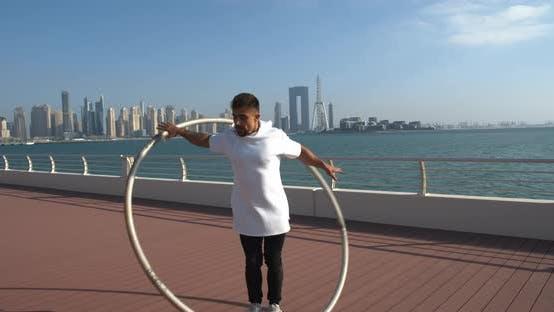 Dubai Marina im Hintergrund der Radgymnastik-Performance