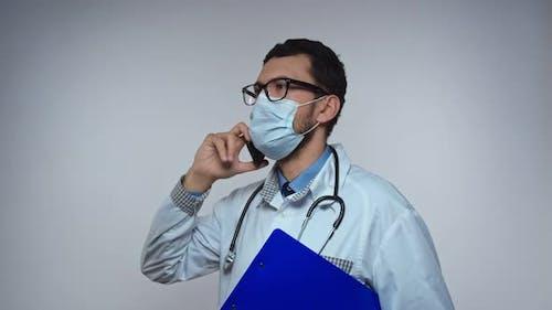 Médecin arabe ayant une conversation au téléphone