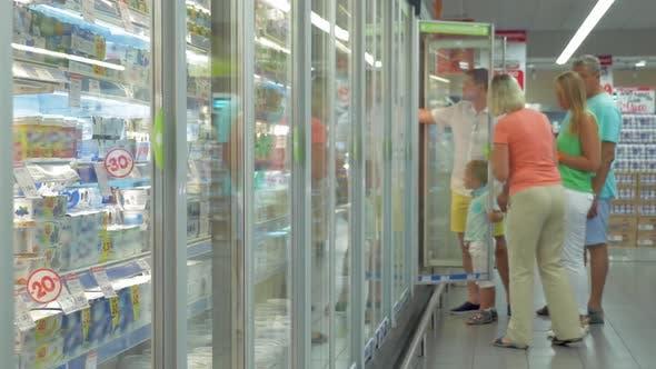 Thumbnail for Familie durch den Kühlschrank im Supermarkt
