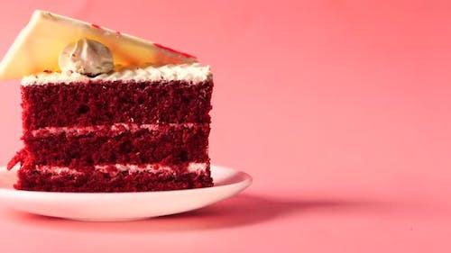 Roter Samtkuchen auf Teller