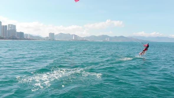 Luftaufnahme des Stadtstrandes und aktive Menschen beim Üben von Kitesurfen und Windsurfen. Kitesurfen