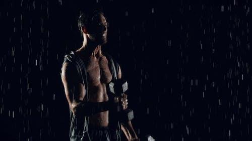 Sportlicher Mann, der im Regen trainiert