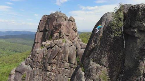 Bergsteigerwettbewerb. Sportler klettern an die Spitze.