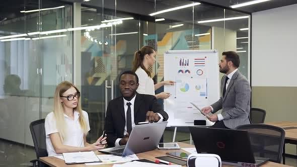 Thumbnail for Geschäftsleute sitzen am Boardroom Tisch und arbeiten am Computer