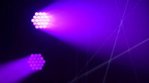 Bunte Bühnen-Flutlichter blinken während des Live-Show-Konzerts