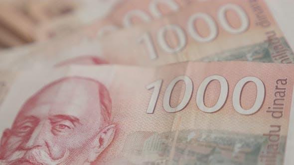 Thumbnail for Schwenken über serbische Papierwährung Wad 4K 2160p 30fps UltraHD-Filmmaterial - Stückelungen von 1000 dina