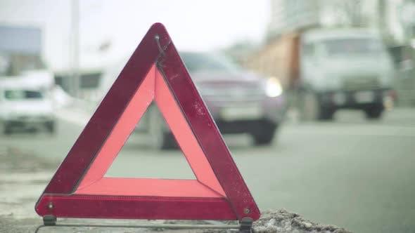 """Thumbnail for Warnschild """"Rotes Dreieck"""" auf der Straße. Nahaufnahme. Absturz. Auto-Panne"""