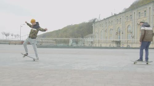 Teen Skater Üben Skateboard Tricks im freien