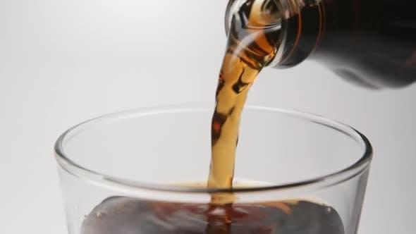 Thumbnail for Mensch gießt ein Getränk in einem Glas aus einer Flasche