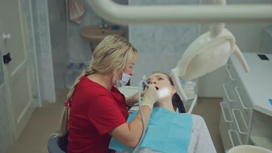 Dentiste médecin nettoie les canaux dans la dent