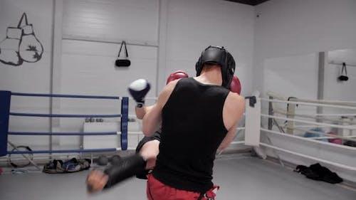 Zwei Kickboxer Sparring auf Kampfring