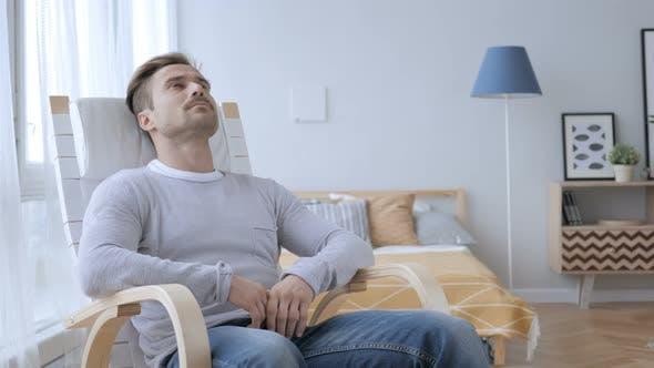 Thumbnail for Nachdenklicher Erwachsener Mann Entspannen auf Stuhl und Blick auf Dach