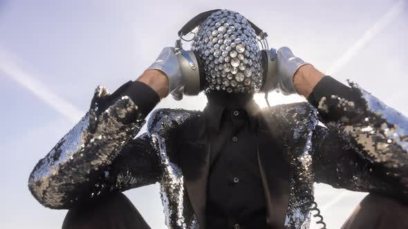 Mr Disco-Mann mit glitzerndem Gesicht und Kopfhörern