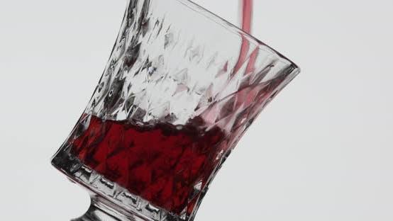 Roséwein. Rotwein Gießen in Weinglas über weißem Hintergrund