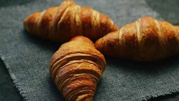 Thumbnail for Frische Croissants auf Serviette