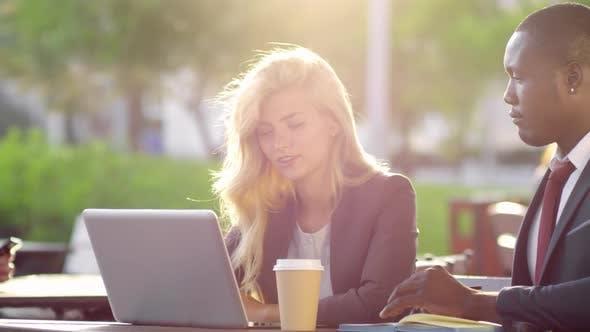 Thumbnail for Mann und Frau diskutieren Arbeit im Freien