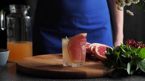 Preparation Grapefruit lemonade with ice