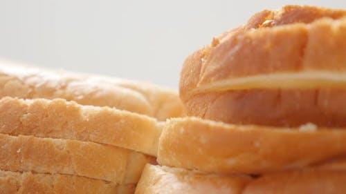 Haufen Toast Brot frisches Essen Hintergrund 4K 2160p 30fps UltraHD Video - Viele weiße Sandwich toas