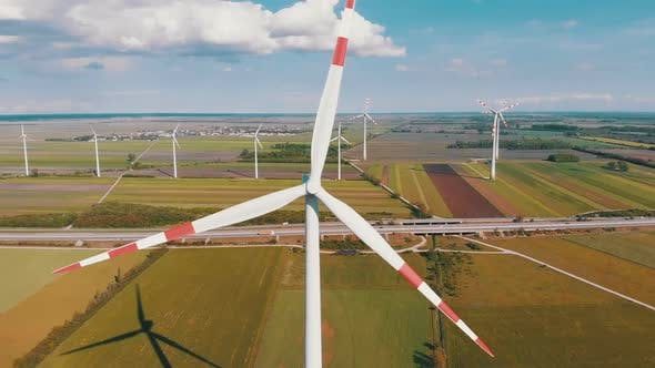 Luftaufnahme von Windkraftanlagen Farm und landwirtschaftlichen Feldern. Österreich