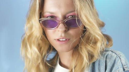 Femme émancipée dans les lunettes regardant ardemment dans la caméra, leçon de tentation