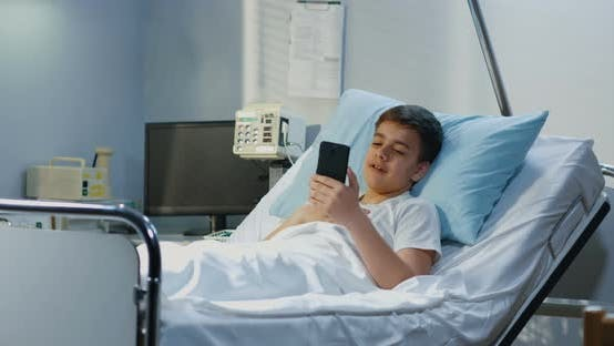 Thumbnail for Teenager Patient mit Handy im Krankenhaus