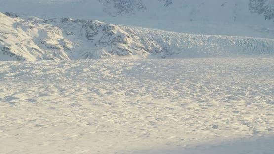 Luftaufnahme mit Hubschrauber, schweben über einen grünen und braunen Alaska-Wald zu einer Pipeline, Spur entlang ihm