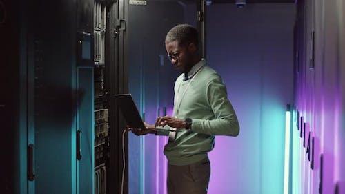 IT-Ingenieur behält die Arbeit von Mainframe