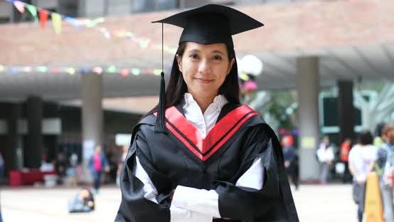Thumbnail for Frau mit Abschlusskleid im Universitätskleid